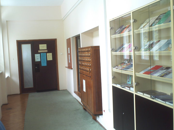 [The entrance to the library and reading room from the hall of the faculty]